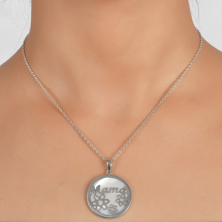 Collar de plata con nombre y flores.
