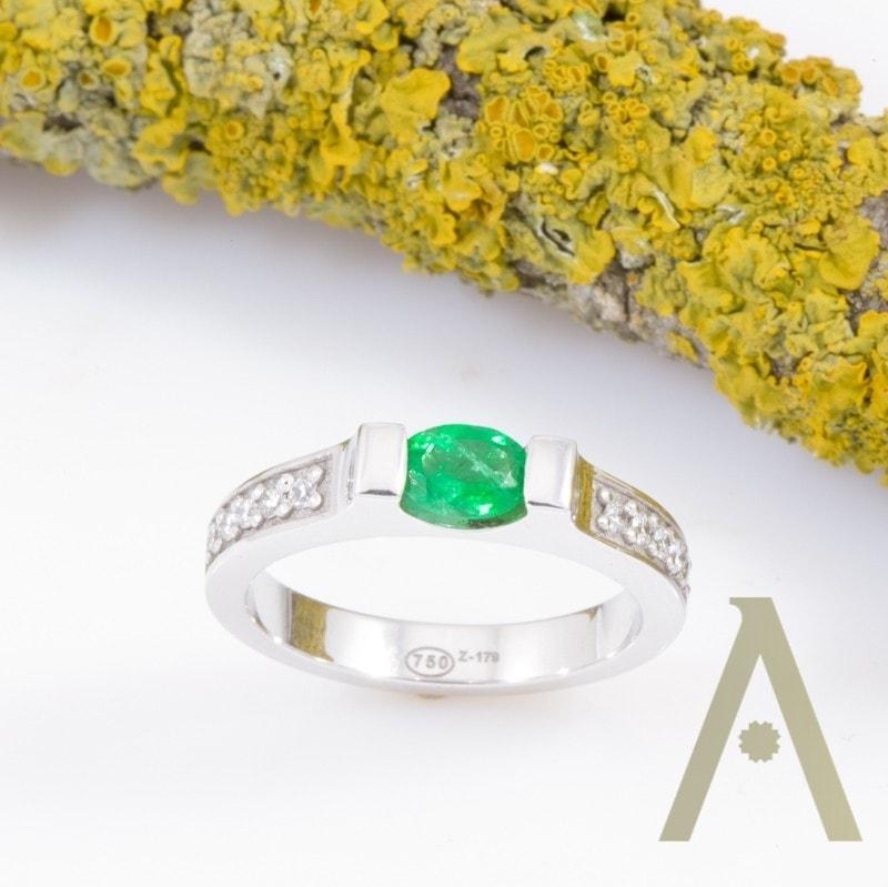 Sortija de Oro Blanco con Esmeralda y Diamantes.
