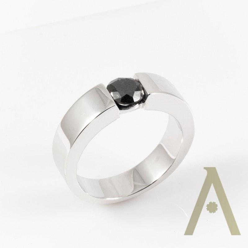 Sortija de Oro Blanco con Diamante Negro.